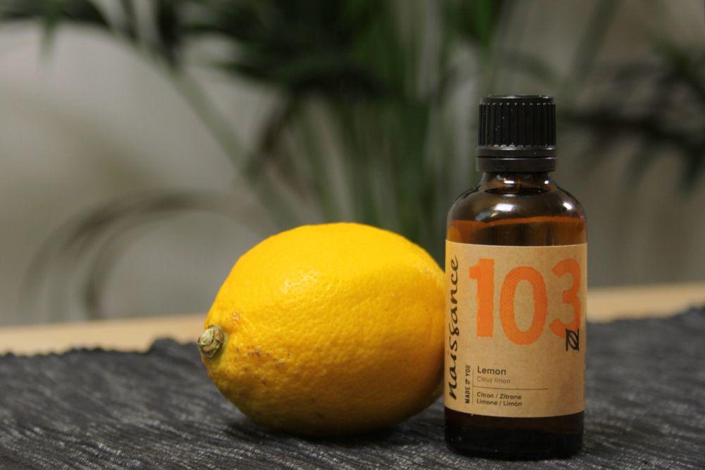 Ätherisches Zitronenöl mit Zitrone