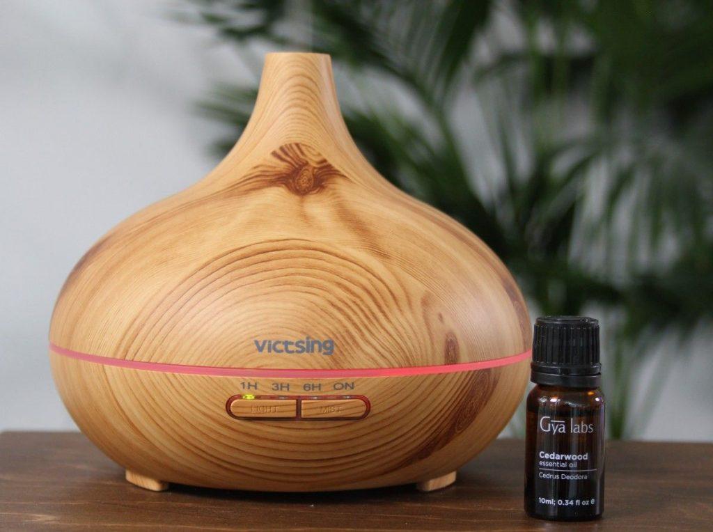 Zedernholzöl in der Aromatherapie mit Diffuser
